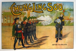 "Cartaz do show de Chung Ling Soo, anunciando o truque de pegar a bala: ""Condemned to Death by the Boxers"""