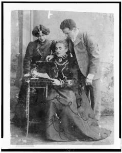 Houdini ao lado de Bess, sua esposa, de sua mãe, Cecília (1900)
