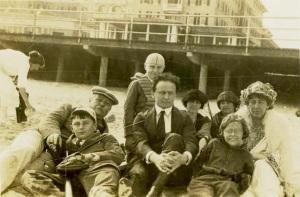 Houdini (ao centro) junto à família Doyle (Sir Arthur, à esquerda e Lady Jean à direita).