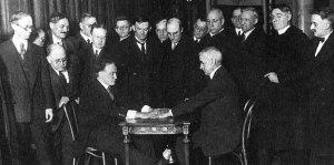 Houdini praticando uma falsa sessão espírita