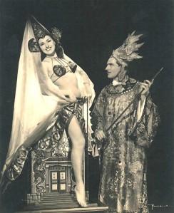 Leon e sua Esposa Velvet (Louise) em uma apresentação de mágica