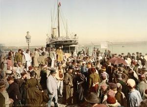 Fotografia colorizada da chegada de um barco à vapor na Argélia. 1899